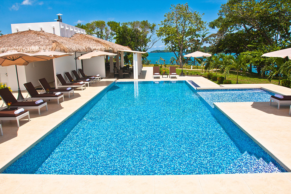 Piscina-principal-de-Hotel-Bocas-del-Mar_con-bar_restaurante